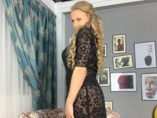 AdrianaHotty模特的性感個人頭像,邀請您觀看熱辣勁爆的實時攝像表演!