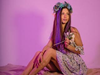 Poza sexy de profil a modelului MisissFire, pentru un intens show webcam live !