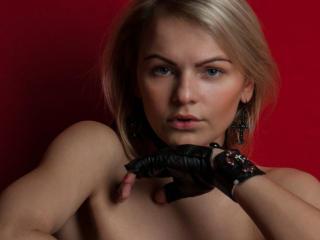 EvaWhiteFlower strap on webcam sex