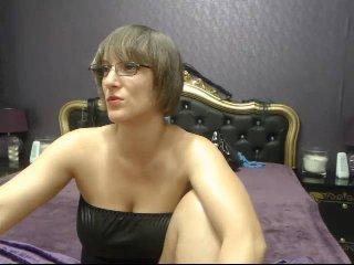 Poza sexy de profil a modelului MistressKali, pentru un intens show webcam live !