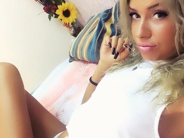 Photo de profil sexy du modèle JullyaJolly, pour un live show webcam très hot !