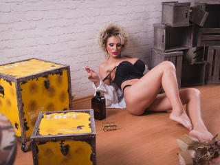 SexyCynthyaX - Webcam xXx with this average constitution Gorgeous lady