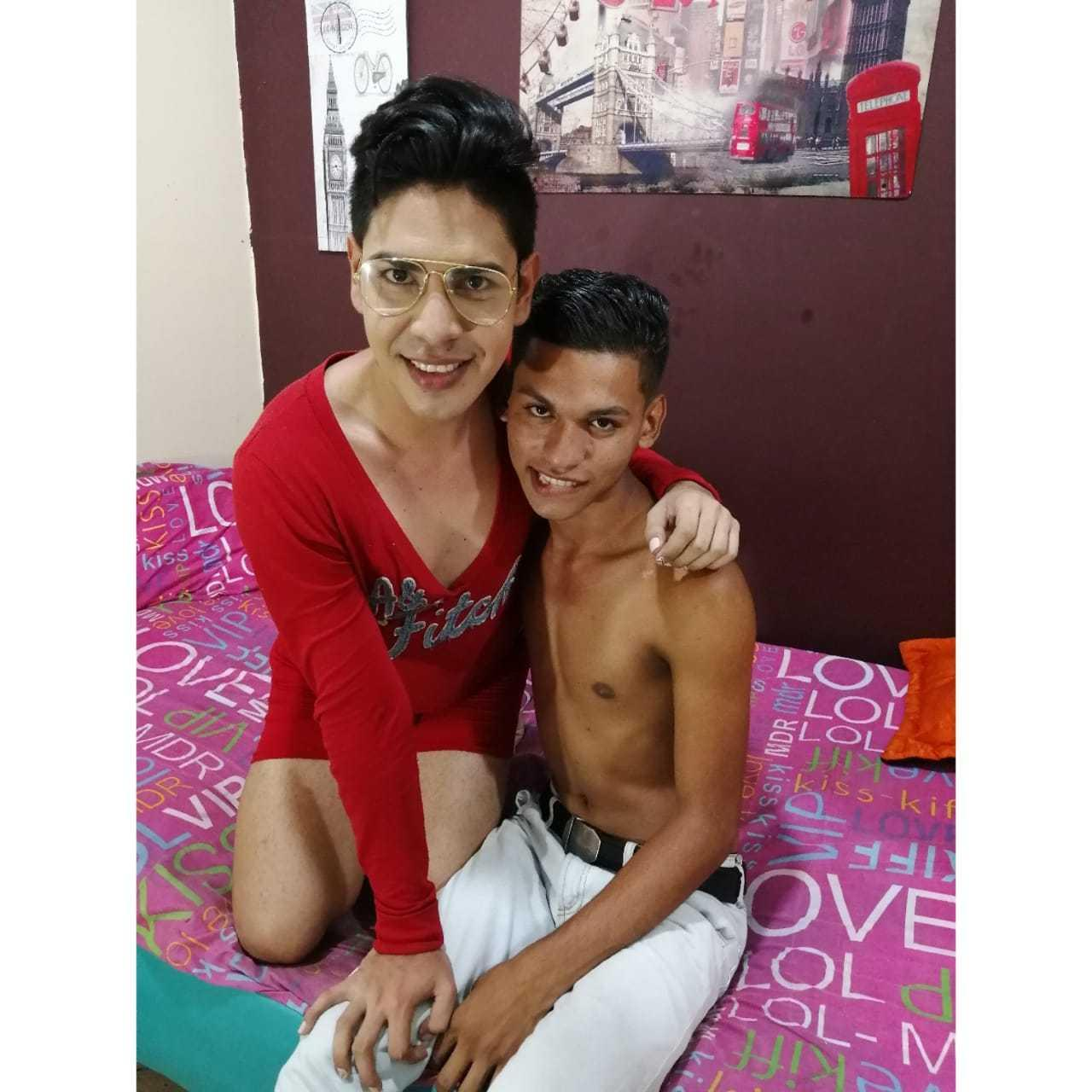 Online Cam Boys cam porno with axelwithadam, this brunet hairy pubis homo couple